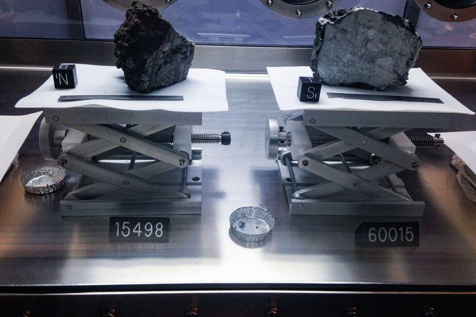 Twee maanstenen uit de collectie van het Johnson Space Center in Houston, Texas.