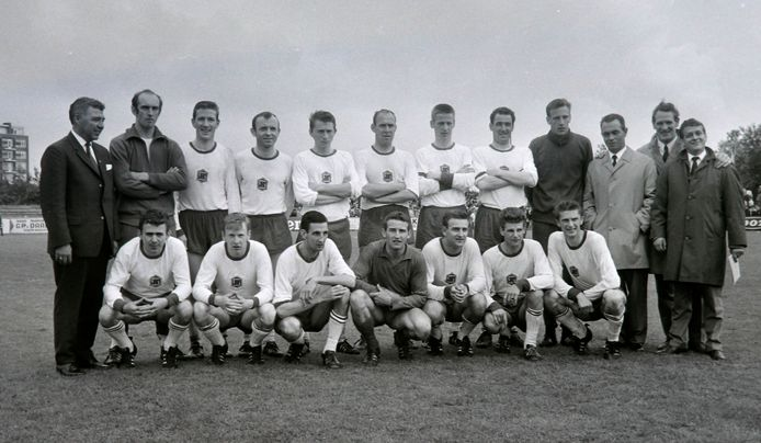 Helmond Sport voor de gewonnen promotiewedstrijd tegen Fortuna Vlaardingen op 23 juni 1968. Onderste rij, derde van links  Lambert Kreekels