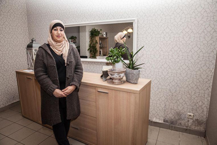 Hasbia El Mizziani bij het behang dat nog maar eens loskomt.