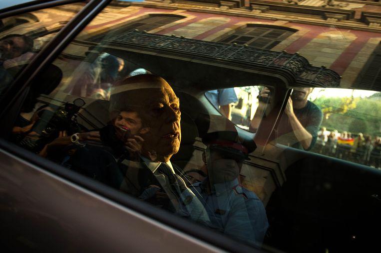 26 september 2014. Jordi Pujol verlaat het Catalaanse parlement na zijn bekentenis over zwart geld van zijn familie. Beeld getty