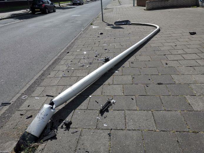 Veel schade aan de Twekkelerweg in Hengelo nadat een lantaarnpaal uit de grond is gereden.