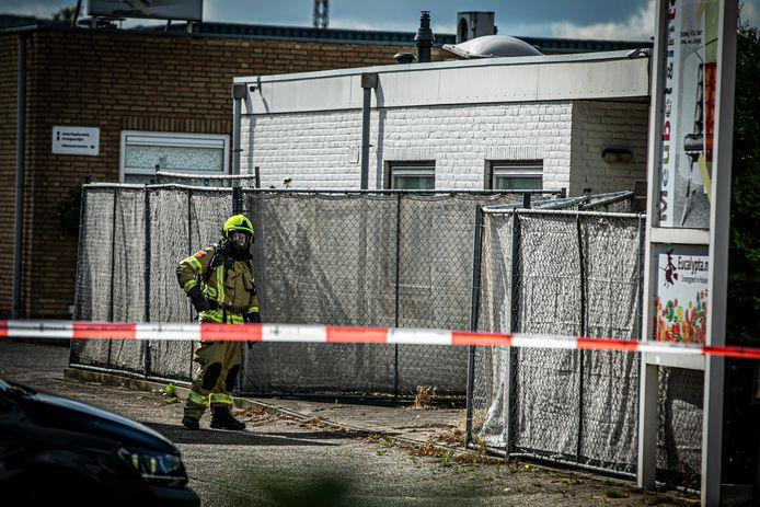 Een brandweerman met persluchtmasker bij de woning van Mario W. uit Huissen. In het pand was volgens buren benzine gegoten.