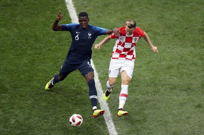 Ivan Rakitic vecht met Paul Pogba een duel uit in de WK-finale van 2018.