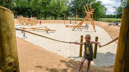 Kinderen klimmen en klauteren op nieuwe speeltuin Bosveldsite