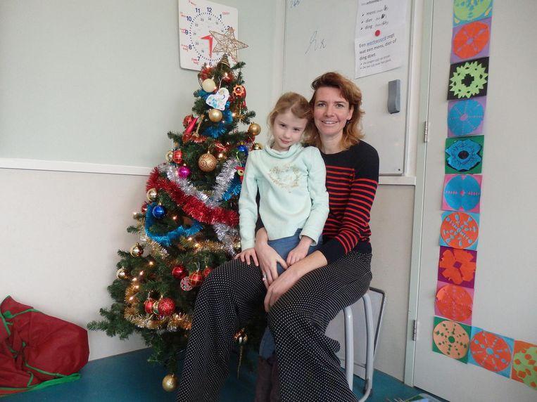 Juna Duursema met haar moeder Sanne van der Stolk, lid van de medezeggenschapsraad van de school. Juna: 'Mijn naam schrijf je trouwens met een 'u', niet met 'oe'' Beeld Schuim