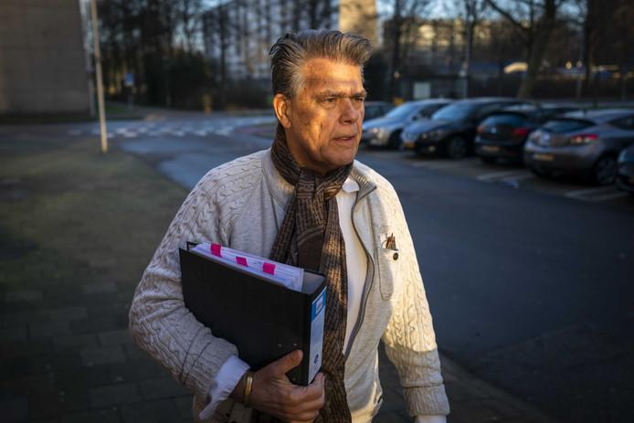 Emile Ratelband komt aan bij het politiebureau aan de Kaap Hoorndreef in Utrecht Overvecht. De 70-jarige positiviteitsgoeroe wordt verdacht van het onttrekken van een kind aan het bevoegd gezag.
