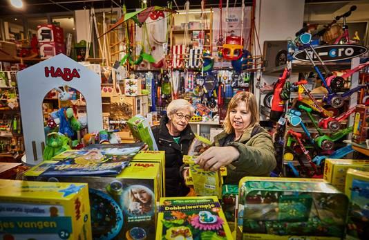 Moeder en dochter Loes Vrijenhoek en Louise Ouwerkerk kopen zoeken speelgoed uit voor sinterklaasavond bij speelgoedwinkel Carrabas in Rotterdam.