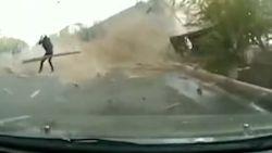 Man ontsnapt heel nipt aan vallend dak