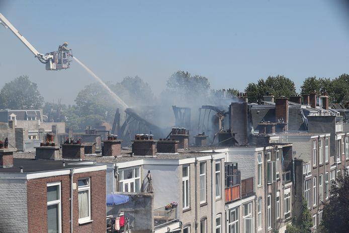 Nadat een brand in een dakkapel aan de Voltastraat was ontstaan, verspreidden de vlammen zich ook naar de overkant. Daar explodeerde vervolgens een gasfles die op het balkon stond bij een van de buren.