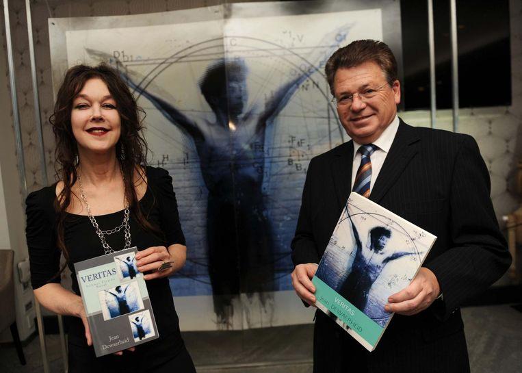 MACHELEN Auteur Jean Dewaerheid (rechts) en kunstenares Ulrike Bolenz (links) stellen het nieuwe boek voor.