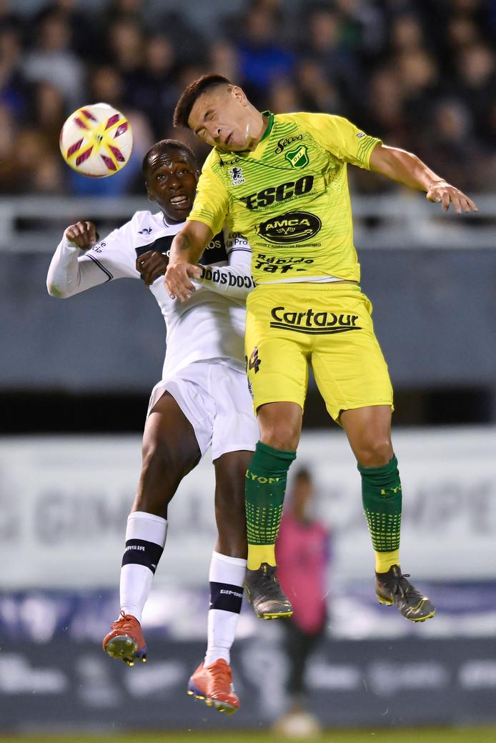 Lisandro Martinez (R) van Defensa y Justicia in duel met Juan Carlos Hurtado (L) van Gimnasia y Esgrima in de achtste finale van de Copa de la Superliga 2019.