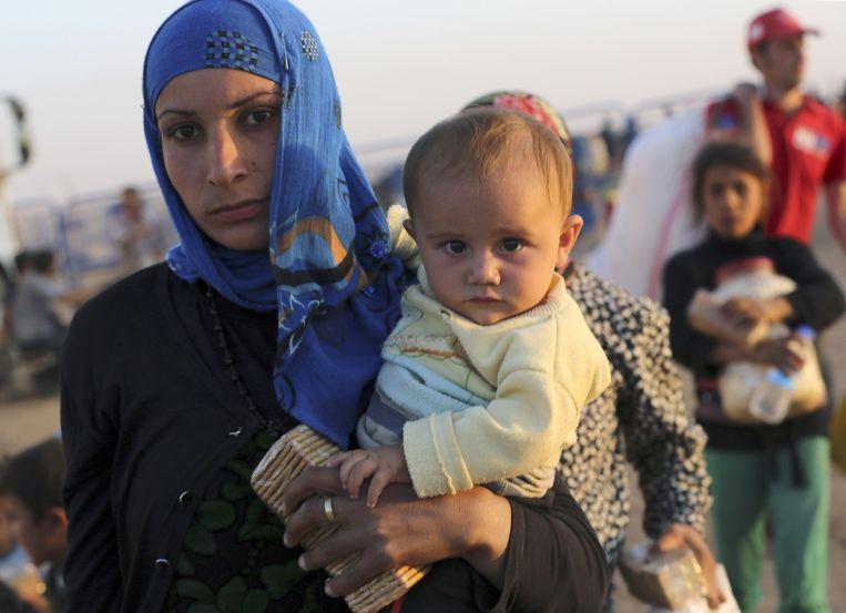 Duizenden Syrische vluchtelingen komen via de grensovergang nabij Suruc Turkije binnen. Beeld null