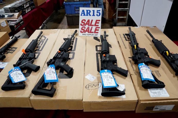 Semi-automatische AR-15 geweren op een Amerikaanse wapenbeurs.
