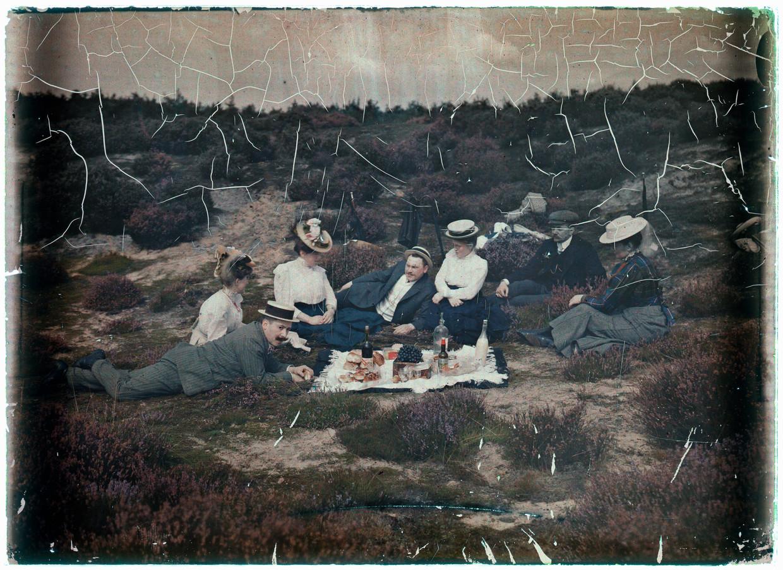 Picknicken op de hei, vermoedelijk bij Laren, rond 1910. Beeld Nationaal Archief/Collectie Spaarnestad/Leendert Blok