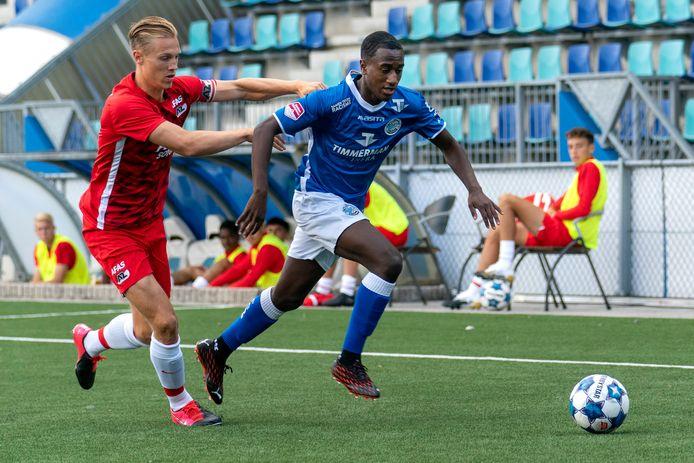 Kevin Felida glipt langs zijn tegenstander in de oefenwedstrijd van FC Den Bosch tegen Jong AZ.