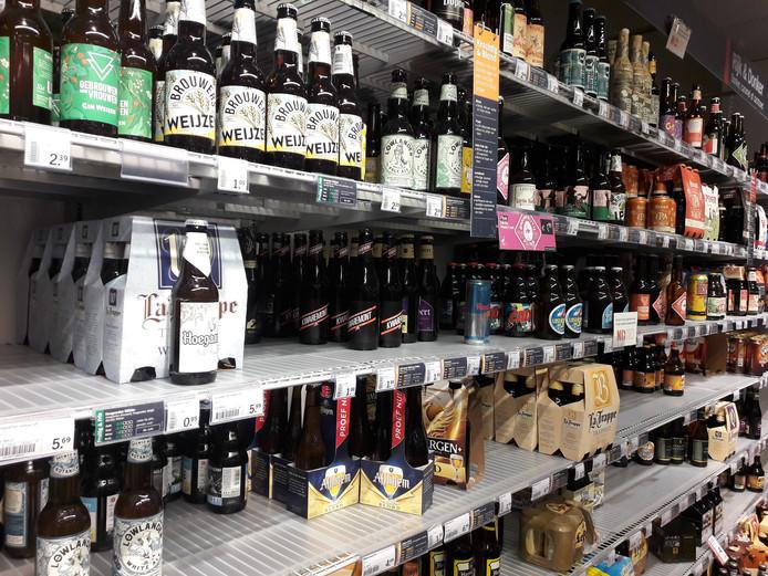 Schappen vol flessen  bier in het AH-filiaal in de Arena. Tijdens carnaval wil de gemeente de verkoop hiervan aanpakken.