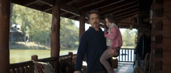 Robert Downey Jr. als Tony Stark in zijn chalet.
