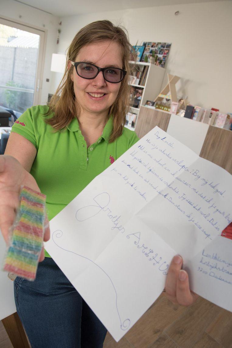 Ellen Gevaert kreeg in haar brievenbus deze brief met snoepjes.