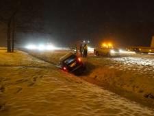 Sneeuwoverlast, auto's in de sloot en snelweg A6 bij Lelystad dicht door gladheid