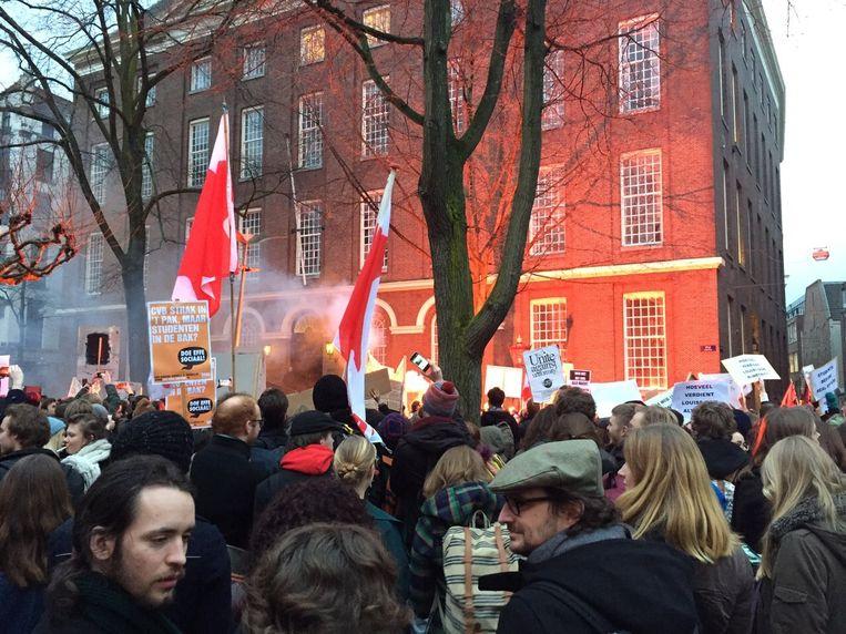 De groep demonstranten voor het Maagdenhuis. Beeld Lorianne van Gelder