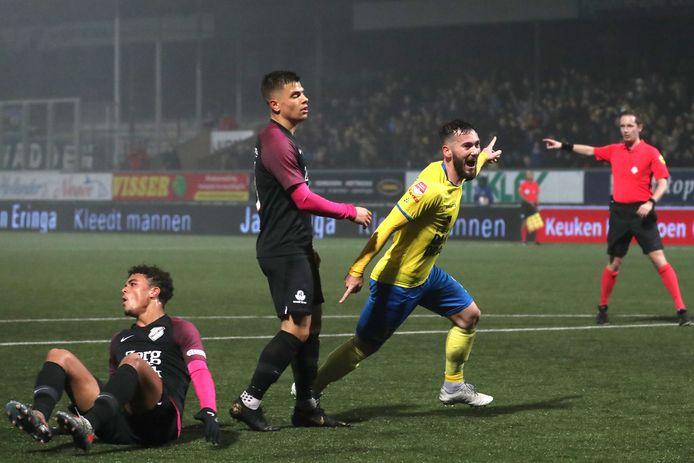 Robin Maulun viert de 1-0 van Cambuur, Ruben Kluivert (links) en Gabriel Culhaci treuren.