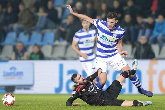 De Graafschap-middenvelder Javier Vet ontwijkt een tackle van Rai Vloei van Excelsior.