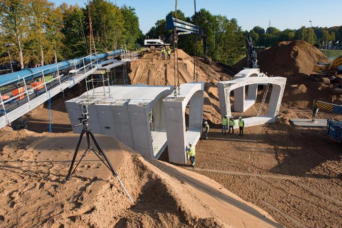 De tunnel bestaat uit betonnen prefab-elementen.