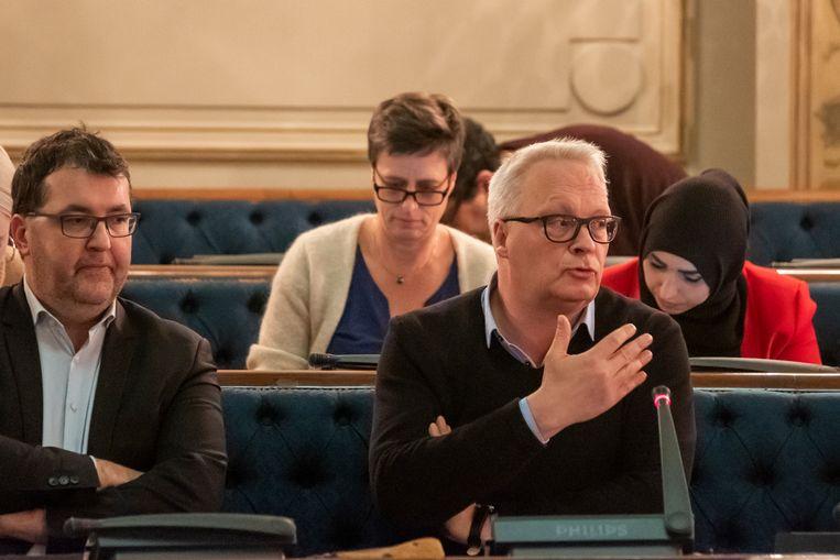 Peter Mertens (PVDA), rechts, vroeg de verdaging van het agendapunt over de Zuiderdokken.