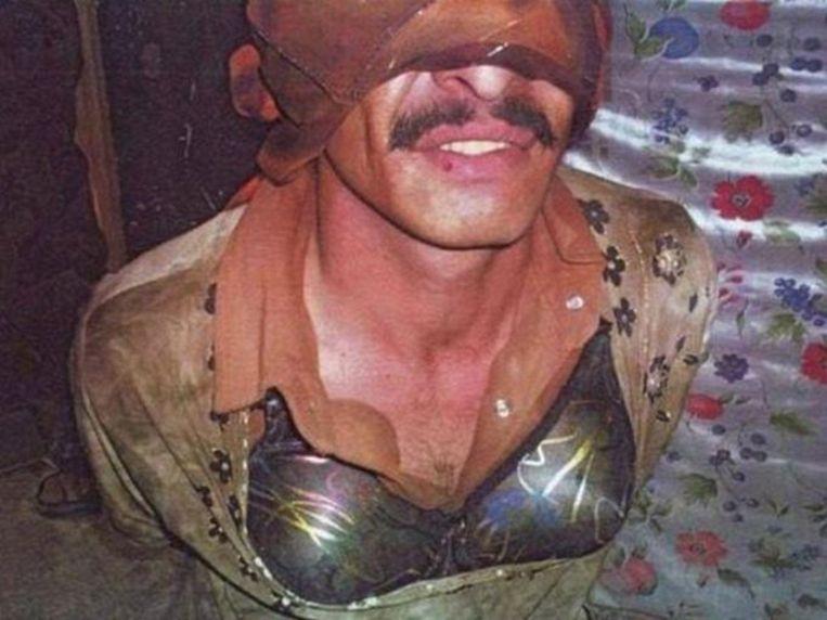 Een IS-strijder die zich in Afghanistan uit de voeten probeerde te maken door zich als vrouw te verkleden. Zijn snor probeerde hij te verbergen onder een masker.