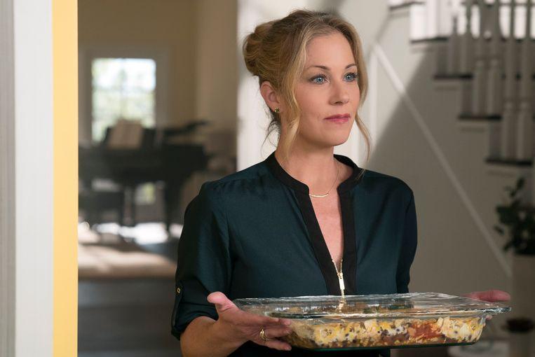 De ongemakkelijkheid druipt van deze scene uit de serie Dead to Me af: een opmerking over het retourneren van de ovenschaal is niet het beste wat je kunt zeggen tegen iemand in rouw.  Beeld AP