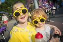 Sara (L,7) en Sepp (3) genieten met hun gele Tour de France-brillen.