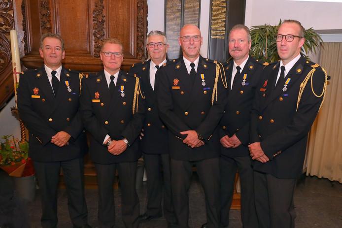 De onderscheiden  brandweerlieden,  vlnr  Frank van der Heijden, Pedro van den Brand, Rien van de Laar, Mark Rijkers, Toon van de Sande en John Foolen.
