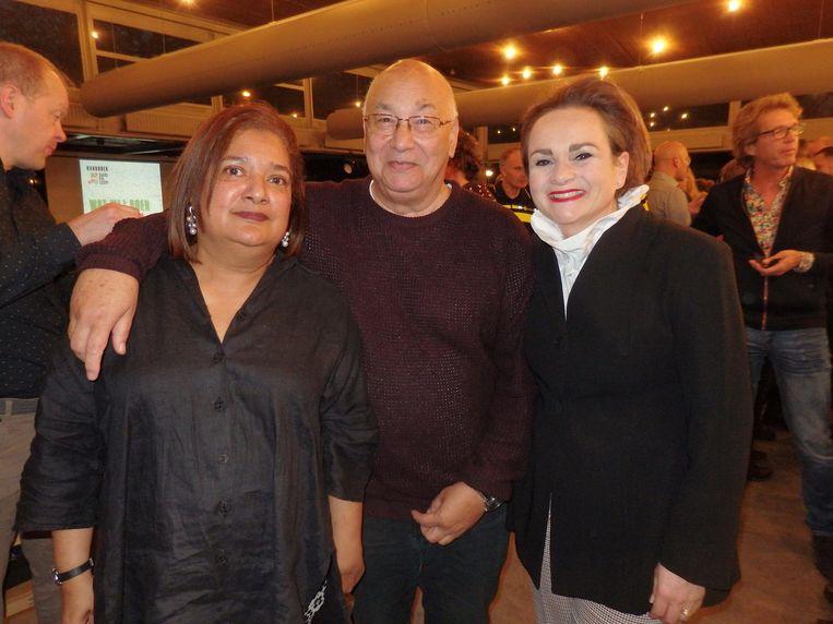 WOW-directeur Sandra Chedi en galeriehouder Rob Malasch, onafscheidelijk feestkoppel, met GVB-directeur Alexandra van Huffelen Beeld Hans van der Beek