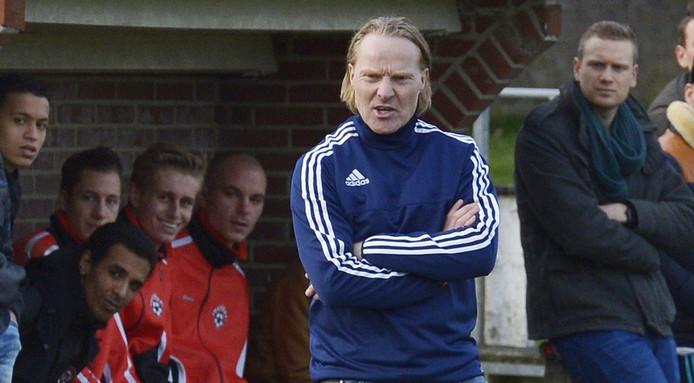 Trainer Michel van de Venn voor de dug-out van Achates.