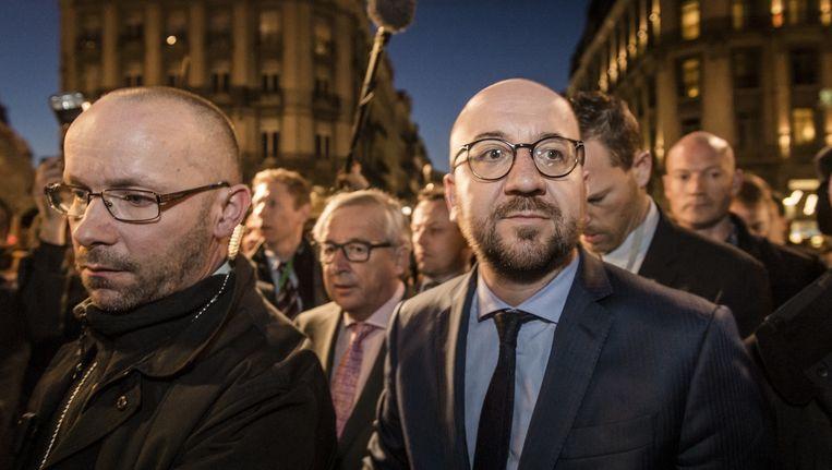 De Belgische premier Michel (r) en voorzitter Jean-Claude Juncker van de Europese Commissie bezochten dinsdagavond het Brusselse Beursplein Beeld anp