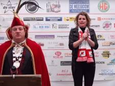 Gebarentolk Monique staat prins carnaval Gijs XVI bij; gaat carnaval in Ammerzoden door?
