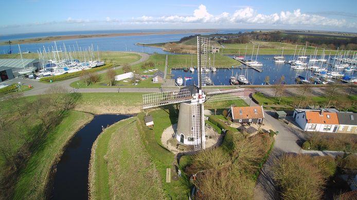 Molen de Haan heeft een opvallende plaats op de Brouwse vestingwal aan de Grevelingen.