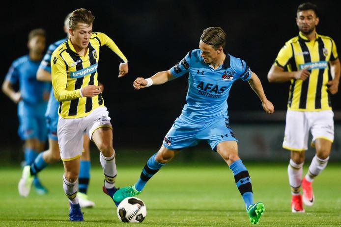 Julian Calor in actie voor Jong Vitesse tegen Jong AZ.