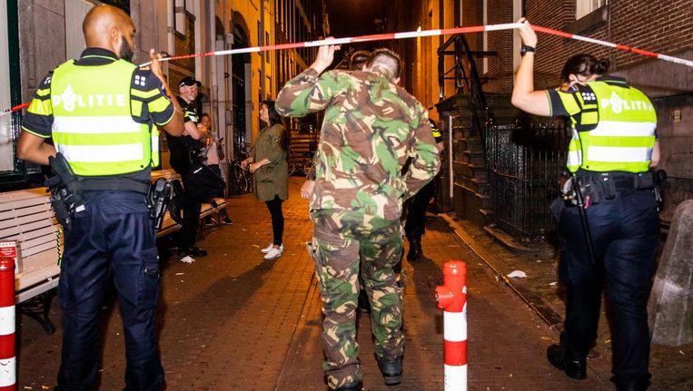 De Explosieven Opruimingsdienst Defensie onderzoekt het explosief voor patatzaak Vleminckx Beeld ANP