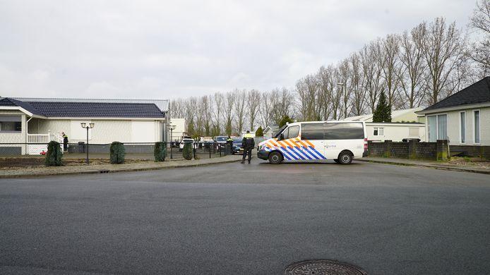 Een politiebus voor het woonwagenkamp aan de Bruggestraat.