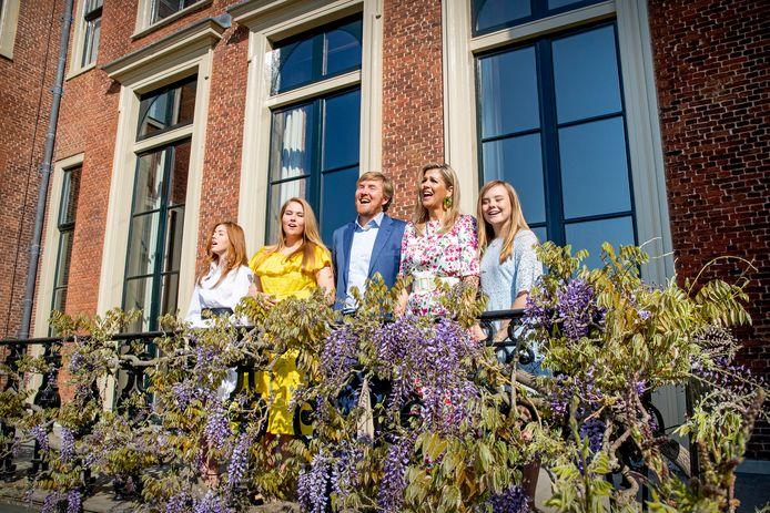 Koning Willem-Alexander, Koningin Maxima en de prinsessen Amalia, Alexia en Ariane zingen voor Paleis Huis ten Bosch het Wilhelmus op Koningsdag.