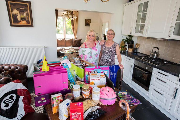 Sonia en Jeannine bij een deeltje van de spullen en voedingswaren.