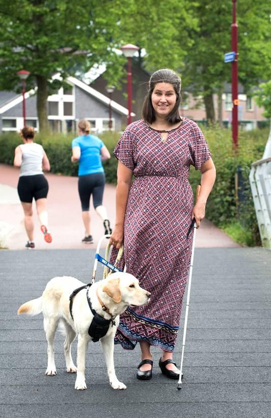 Suzanne van den Bercken (38) met blindengeleidehond Onca.