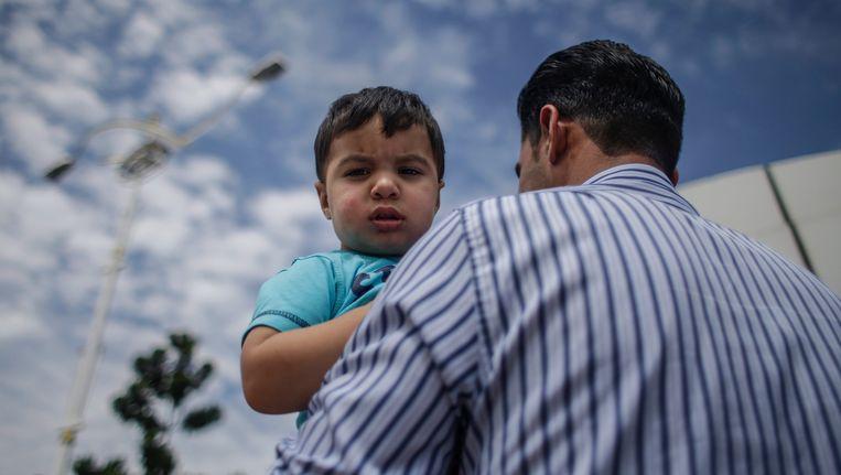 Een Syrische vluchteling arriveert op de luchthaven van Subang.