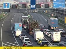 Kerstbomen zorgen voor vertraging op A4: te hoog geladen vrachtwagen kan niet door de Beneluxtunnel