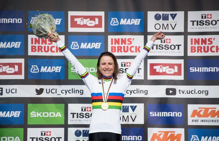 Annemiek van Vleuten op het podium bij de wereldkampioenschappen wielrennen in Innsbruck, 2018.  Beeld EPA