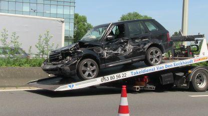 Range Rover tolt en botst met vrachtwagen op E40