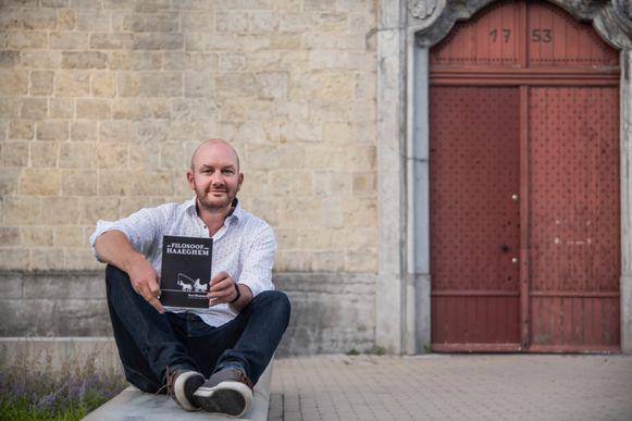 Yves Heymans stelt zijn boek voor aan de kerk van Oudegem. Alles in het verhaal speelt zich af in de schaduw van de kerktoren.