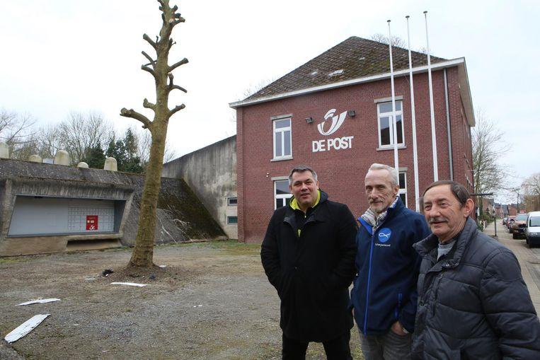 Michel Toremans van Caritas, Roger De Wit en François Thielens van de voedselbank bij het vroegere postkantoor.