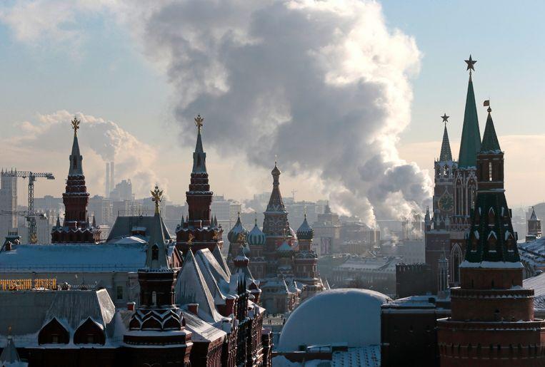 Rook stijgt op boven een elektriciteitscentrale in Moskou. Beeld AP